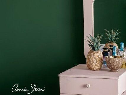 Farba na stenu Annie Sloan Amsterdam green.