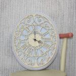 Krásne hodiny maľované kriesovou farbou od Annie Sloan.