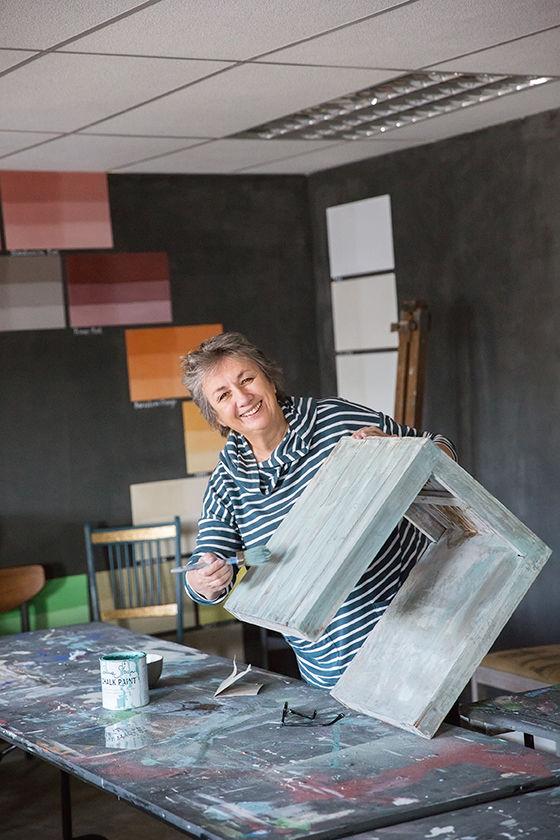 Annie Sloan maľuje nábytok kriedovou farbou .